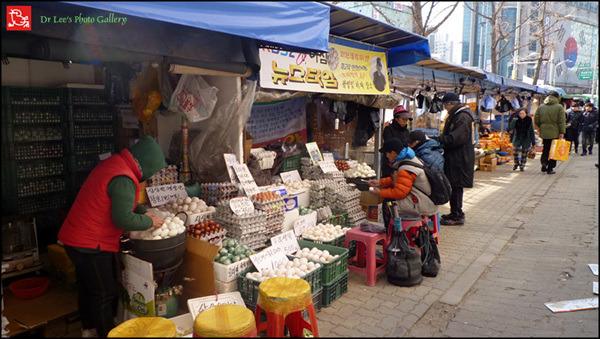 경동시장 오리알을 파는 노점인데 커다란 삶은 오리알을 팔고 있습니다. 5c6edf1ed90