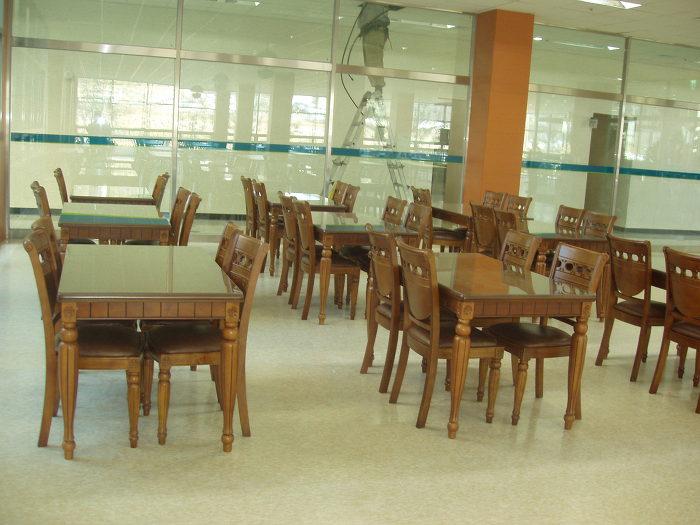 팬텍 김포공장 구내식당 의자와 테이블 사출의자와 원목의자 ...