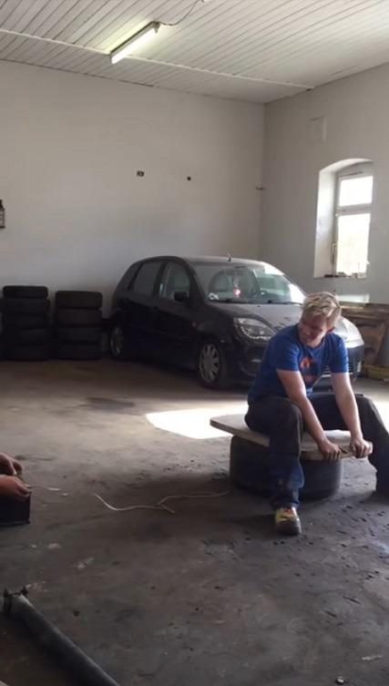 자동차 에어백 팽창 놀이의 스릴 - Two guys enjoy playing Car airbag expansion thrill