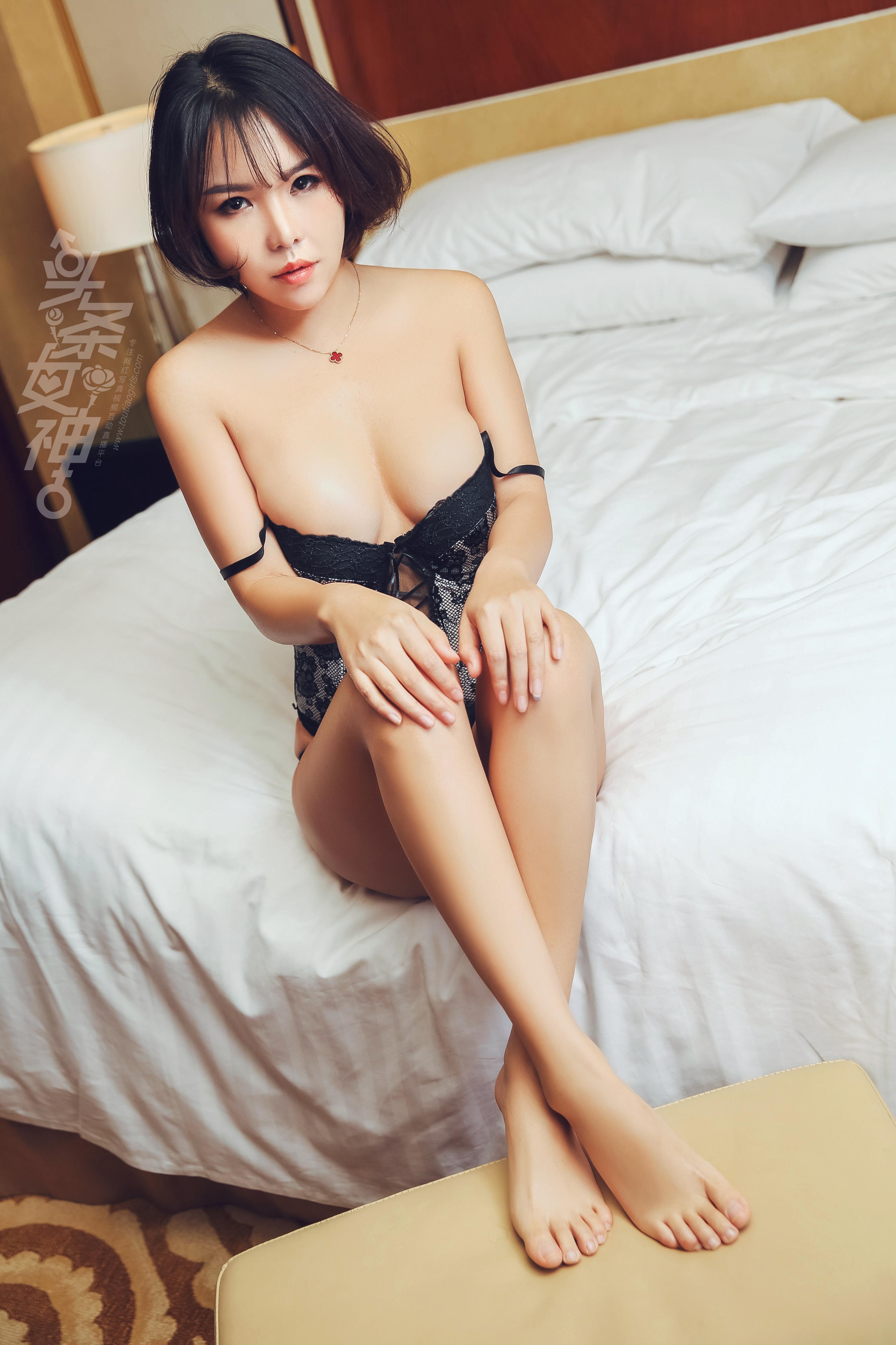 hot Chinese woman in sexy pose - 아담한 몸매에 작고 갸름한 달갈형 얼굴. 은근한 매력이 지속되는 대륙의 여인네